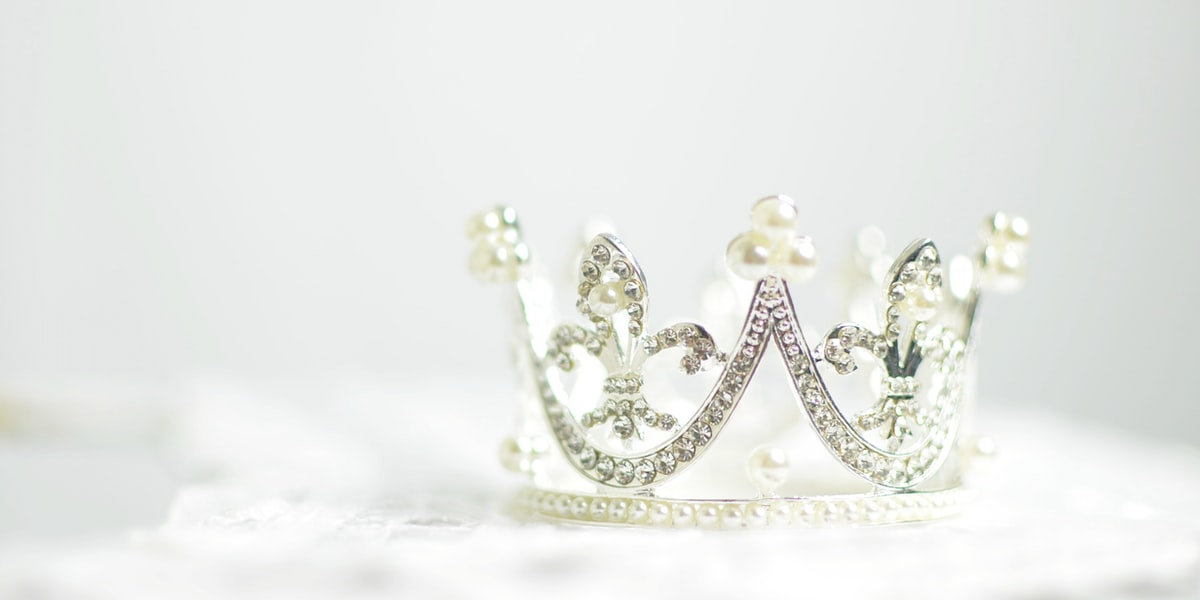 Shallow photography of silver-colored crown – Photo by Ashton Mullins on Unsplash